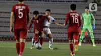 Bek Timnas Indonesia U-22, Andy Setyo, berebut bola dengan striker Vietnam U-22, Ha Duc Chinh, pada laga SEA Games 2019 di Stadion Rizal Memorial, Manila, Filipina, Minggu (1/12/2019). Indonesia kalah 1-2 dari Vietnam. (Bola.com/M Iqbal Ichsan)