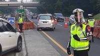 Polisi memberlakukan contra flow untuk mengurai kepadatan lalu lintas di Tol Dalam Kota Jakarta. Hari ini, Senin (8/6/2020) merupakan hari pertama kantor beroperasi saat penerapan PSBB masa transisi. (Dok @TMCPoldaMetro)
