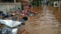 Sejumlah sepeda motor terendam banjir di kawasan Kebalen, Jakarta, Sabtu (20/2/2021). Curah hujan yang tinggi menyebabkan banjir setinggi orang dewasa di kawasan Kebalen. (Liputan6.com/Johan Tallo)