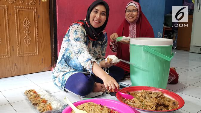 Sri Setyawati, pemilik Dapur Bunda andalkan GrabExpress untuk mengantarkan masakan kepada para pelanggan. (Liputan6.com/ Andina Librianty)
