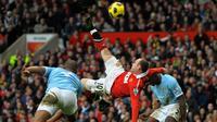 Striker Manchester United, Wayne Rooney, melepaskan tendangan salto yang berujung gol ke gawang Manchester City, di Old Trafford, 12 Februari 2011. (AFP/Andrew Yates).