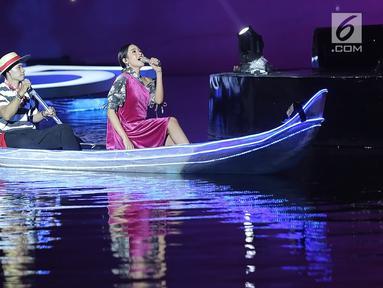 Maudy Ayunda menyanyi di atas perahu saat tampil dalam Grand Launch Vivo V15 Go Up di Taman Air Mancur Sri Baduga, Purwakarta, Jawa Barat, Selasa (5/3). Maudy membawakan lagu Perahu Kertas di atas perahu yang bergerak. (Fimela.com/Bambang E Ros)