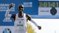 Selebrasi pelari Kenya, Eliud Kipchoge saat memenangkan Berlin Marathon ke-45 di Berlin, Jerman, Minggu (16/9). Kipchoge menjadi salah satu pelari marathon terhebat sepanjang masa. (AP Photo/Markus Schreiber)
