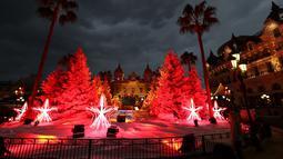 Tampilan lampu dan dekorasi untuk menyambut Natal yang dipajang di depan Kasino Monte-Carlo di Monako pada 7 Desember 2018. (Photo by VALERY HACHE / AFP)