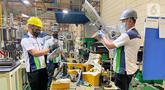 Pekerja memeriksa produk dan kualitas komponen otomotif di pabrik PT Dharma Polimetal (Dharma Group), kawasan Delta Silicon, Cikarang, Jawa Barat. Perusahaan manufaktur Triputra Group menargetkan penjualan hingga 38.81 % atau senilai Rp 3,08 triliun pada 2021. (Liputan6.com/HO/Dharma)