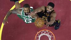Aksi pemain Cavaliers, Tristan Thompson (kanan) dan pemain Boston, Marcus Morris berebut bola pada laga final Wilayah Timur NBA basketball di Quicken Loans Arena, Clevelan, (19/5/2018). Cavaliers menang 116-86. (AP/Tony Dejak)