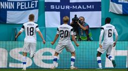 Pada menit keempat pertandingan, Finlandia melakukan gebrakan dengan mencetak gol lewat tandukan dari Joel Pohjanpalo, namun sanyangnya gol ini dianulir oleh wasit. Pohjanpalo dinyatakan offside setelah wasit meninjau VAR. (Foto: AFP/Pool/Kirill Kudryavtsev)