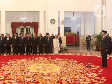 Presiden Joko Widodo atau Jokowi (kanan) saat melantik anggota Dewan Pertimbangan Presiden (Wantimpres) di Istana Negara, Jakarta, Jumat (13/12/2019). Jokowi resmi melantik sembilan anggota Wantimpres. (Liputan6.com/Angga Yuniar)