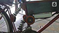 Sepeda listrik buatan Mujahid (60) terlihat di kawasan Pondok Gede, Bekasi, Jawa Barat, (15/9/2020). Sepeda listrik sigma berkapasitas 1.000 watt tersebut mampu menempuh jarak 60 Km dengan harga perakitan sebesar Rp 10 Juta. (Liputan6.com/Herman Zakharia)