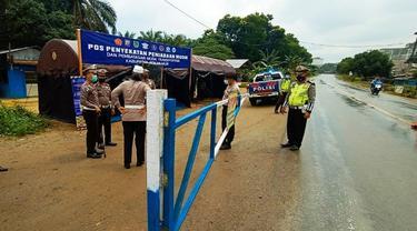 Portal penyekat untuk larangan mudik lebaran di perbatasan Riau-Sumatra Utara.