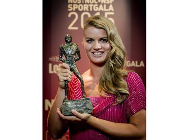 Sprinter asal Belanda, Dafne Schippers, saat menerima penghargaan Sportswomen of the Year dalam NOC NSF Sport Gala 2015 di RAI, Amsterdam, Belanda. (EPA/Robin Van Lonkhuijsen)