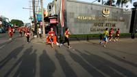 """Peserta mengikuti lomba lari 5 dan 10 Kilometer """"Brimob RUN 2017"""" di Mako Brimob, Kelapa Dua, Depok, Minggu Pagi (3/12). Kegiatan ini dalam rangkaian Peringatan Hut Korps Brimob Polri ke-72. (Liputan6.com/JohanTallo)"""
