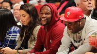 Floyd Mayweather Jr saat menyaksikan pertandingan NBA antara Miami Heat dan Milwaukee Bucks, AS, Rabu (28/1/2015). (Dailymail)