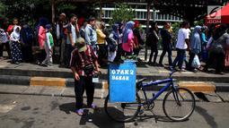 Pedagang otak-otak memanfaatkan libur tahun baru dengan berjualan di kawasan Kota Tua, Jakarta Selasa (2/1). Suasana libur tahun baru dimanfaatkan wisatawan dari berbagai daerah berwisata di ibukota Jakarta. (Liputan6.com/Johan Tallo)