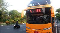 Bus tingkat Suroboyo cari rute baru lantaran banyak ranting pohon di sekitar halte. (Liputan6.com/Dian Kurniawan)