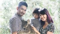 Jalinan asmara Ryan Delon dan Sharena Gunawan bermula saat mereka bertemu di lokasi. Akhirnya pasangan ini mantap untuk melangkah ke jenjang pernikahan pada 13 Desember 2013. (Foto: instagram.com/mrssharena)