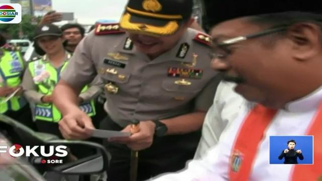 Di kawasan perempatan Slipi, Jakarta Barat, sejumlah elemen masyarakat membagikan bunga dan stiker sebagai simbol kampanye gerakan anti-hoax.