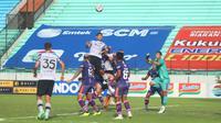 Duel sengit antara Persita Tangerang dan Persikabo 1973 dalam laga pekan kedelapan BRI Liga 1 2021/2022 yang digelar di Stadion Moch. Soebroto, Magelang, Jumat (22/10/2021). (Bola.com/Nandang Permana)