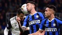 Striker Juventus, Cristiano Ronaldo, berebut bola dengan gelandang Inter Milan, Matias Vecino, pada laga Serie A di Stadion San Siro, Milan, Minggu (6/10). Inter kalah 1-2 dari Juventus. (AFP/Marco Bertorello)