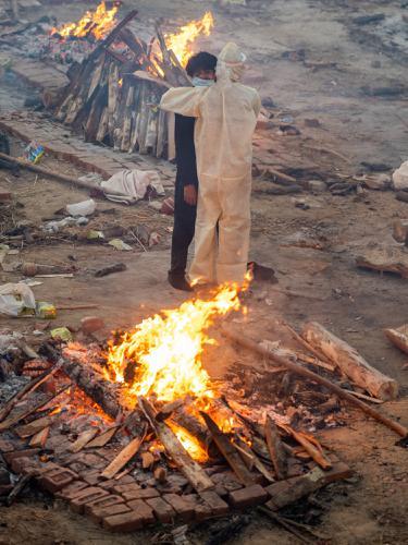 FOTO: India Kremasi Massal Korban COVID-19