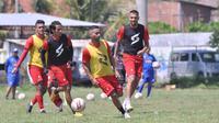 Bruno Smith dan Caio Ruan saat berlatih bersama Arema FC. (Bola.com/Iwan Setiawan)