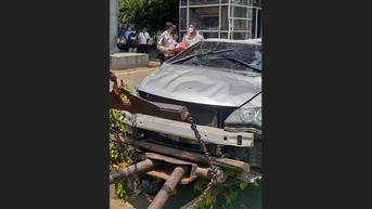 Mobil Milik PNS Terbalik di Depan Polda Metro Jaya
