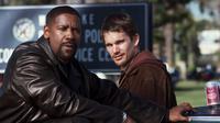 Ethan Hawke dan Denzel Washington di film Training Day (2001).