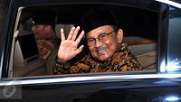 Mantan Presiden Indonesia, BJ Habibie usai menghadiri perayaan 10 tahun Reza Rahazian berkarya di dunia film di Plaza Indonesia, Jakarta, Rabu (3/9/2015). Acara tersebut bertajuk 10 Years Personal Journey of Reza Rahadian. (Liputan6.com/Faisal R Syam)