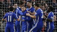 Para pemain Chelsea merayakan gol dari titik penalti yang dicetak Eden Hazard ke gawang Bournemouth. Selain sebuah gol dari Hazard, dua gol Chelsea lainnya disarangkan oleh striker mereka, Pedro. (Reuters/Peter Nicholls)