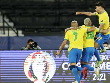 Timnas Brasil berhasil memastikan satu tempat di babak semifinal Copa America 2021 berkat kemenangan tipis 1-0 atas Chile. (AP/Silvia Izquierdo)
