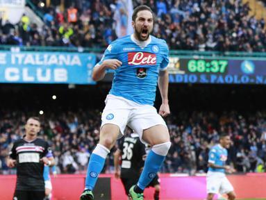 Pemain Napoli, Gonzalo Higuain  merayakan gol yang dicetaknya ke gawang Carpi pada lanjutan Seria A Pekan ke-24. (AFP/Carlo Hermann)
