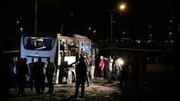 Petugas mengecek sebuah bus wisata setelah sebuah bom pinggir jalan di sebuah daerah dekat Piramida Giza di Kairo, Mesir (28/12). Bom tersebut disembunyikan di dekat dinding dan meledak secara tiba-tiba. (AP Photo/Nariman El-Mofty)