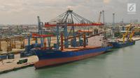 Sebuah kapal bersandar di pelabuhan Tanjung Priok, Jakarta, Jumat (26/5). Penyebab kinerja ekspor sedikit melambat karena dipengaruhi penurunan aktivitas manufaktur dan mitra dagang utama, seperti AS, China, dan Jepang. (Liputan6.com/Angga Yuniar)