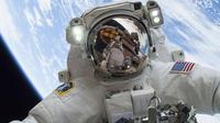 Astronot NASA Mike Hopkins saat melakukan ekspedisi 38 penerbangan engineer (24/12/2013). Stasiun Luar Angkasa Internasional merayakan hari jadinya ke-15 pada 2 November sejak dihuni oleh manusia. (REUTERS/NASA)