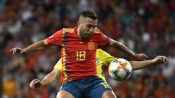 Bek Spanyol, Jordi Alba, berusaha melewati gelandang Swedia, Sebastian Larsson, pada laga Kualifikasi Piala Eropa 2020 di Stadion Santiago Bernabeu, Madrid, Senin (10/6). Spanyol menang 3-0 atas Swedia. (AFP/Pierre-Philippe Marcou)
