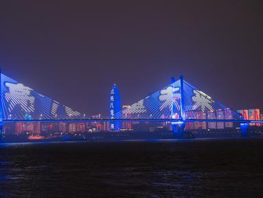 Pertunjukan cahaya biru digelar saat Hari Anak Sedunia di Wuhan, Provinsi Hubei, China tengah (20/11/2020). Sejumlah bangunan dan monumen ikonis di beberapa kota di China memancarkan cahaya biru pada Jumat (20/11) untuk merayakan Hari Anak Sedunia. (Xinhua/Xiao Yijiu)