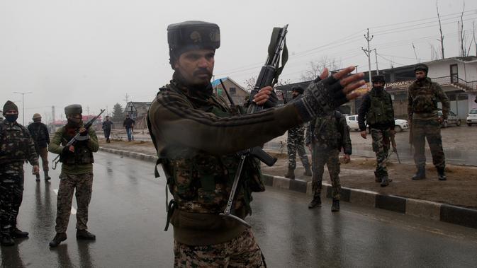 Tentara India berpatroli di dekat lokasi ledakan bom mobil di Lethpora di distrik Pulwama, Kashmir, India (14/2). Sedikitnya 16 tentara India tewas dan 20 orang terluka akibat kejadian tersebut. (AP Photo/Dar Yasin)