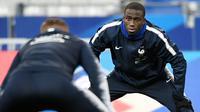 Bek Prancis, Ferland Mendy, melakukan pemanasan saat mengikuti sesi latihan di Stade De France, Paris, Minggu (19/11/2018). Prancis akan mejalani laga persahabatan melawan Uruguay. (AFP/Franck Fife)