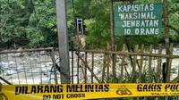 Jembatan gantung menuju penangkaran rusa ambruk (Liputan6.com/ Achmad Sudarno)
