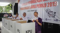 Ketua KPU Arief Budiman (dua kanan) bersama  Komisioner KPU menunjukkan surat suara saat akan mencoblos dalam simulasi Pemilu 2019 di halaman Gedung KPU, Jakarta, Selasa (12/3). (Liputan6.com/Faizal Fanani)