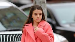 Suri Cruise diketahui sering sekali keluar bersama teman-teman layaknya remaja pada umumnya. Gadis berambut brunette ini ternyata lebih suka dengan gaya yang casual namun tetap elegan. Dengan balutan coat pink, pesona kecantikan Suri bikin hati netizen luluh.(Liputan6.com/IG/suricruise.official)