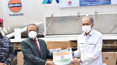 Duta Besar India untuk Indonesia, Manoj Kumar Bharti menyerahkan 100 MT Oksigen Medis Cair (Liquid Medical Oxygen) dan 300 Konsentrator Oksigen (Oxygen Concentrators) kepada Indonesia. (Kedubes India)
