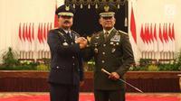 Marsekal Hadi Tjahjanto (kiri) bersalam komando dengan Jenderal Gatot Nurmantyo usai upacara pengambilan sumpah dan pelantikan sebagai Panglima TNI di Istana Negara, Jakarta, Jumat (8/12). Upacara dipimpin oleh Presiden Jokowi. (Liputan6.com/Angga Yuniar)