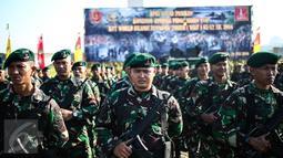 Sejumlah pasukan TNI ketika mengikuti upacara gelar pasukan di Jakarta, Kamis (28/7). Sebanyak 10.150 personel TNI dikerahkan untuk pengamanan KTT Luar Biasa World Islamic Economic Forum (WIEF) ke-12 pada 2-4 Agustus. (Liputan6.com/Faizal Fanani)