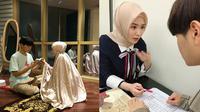 Momen Ayana Moon Ajari Sang Adik Mengaji. (Sumber: Instagram.com/ @xolovelyayana)