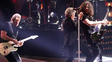 Aksi Jon Bon Jovi saat tampil di atas panggung iHeartRadio Music Awards 2018 di Inglewood, California, (11/3). iHeartRadio Music Awards adalah sebuah penghargaan musik untuk musisi dunia yang lagunya didengar sepanjang tahun. (AFP Photo/Rich Polk)
