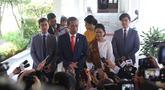 Presiden  Joko Widodo bersama ibu negara Iriana didampingi putra putrinya memberikan keterangan sebelum meninggalkan Istana Merdeka menuju gedung DPR, Jakarta, Minggu (20/10/2019). Jokowi bersama keluarga menuju DPR untuk dilantik menjadi presiden untuk kedua kalinya. (Liputan6.com/Angga Yuniar)