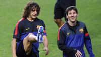 Carles Puyol (kiri) saat masih berada setim dengan Lionel Messi (kanan) di Barcelona. (AFP/Patricia de Melo Moreira)