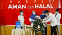 Danrem Wira Bima 031 Brigjen TNI M Syech Ismed saat diberi vaksin Covid-19 oleh tenaga medis di Riau. (Liputan6.com/M Syukur)
