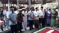 Panglima TNI Hadi Tjahjanto ziarah ke makam Presiden ke-4 RI Abdurrahman Wahid atau Gus Dur (Liputan6.com/ Dian Kurniawan)